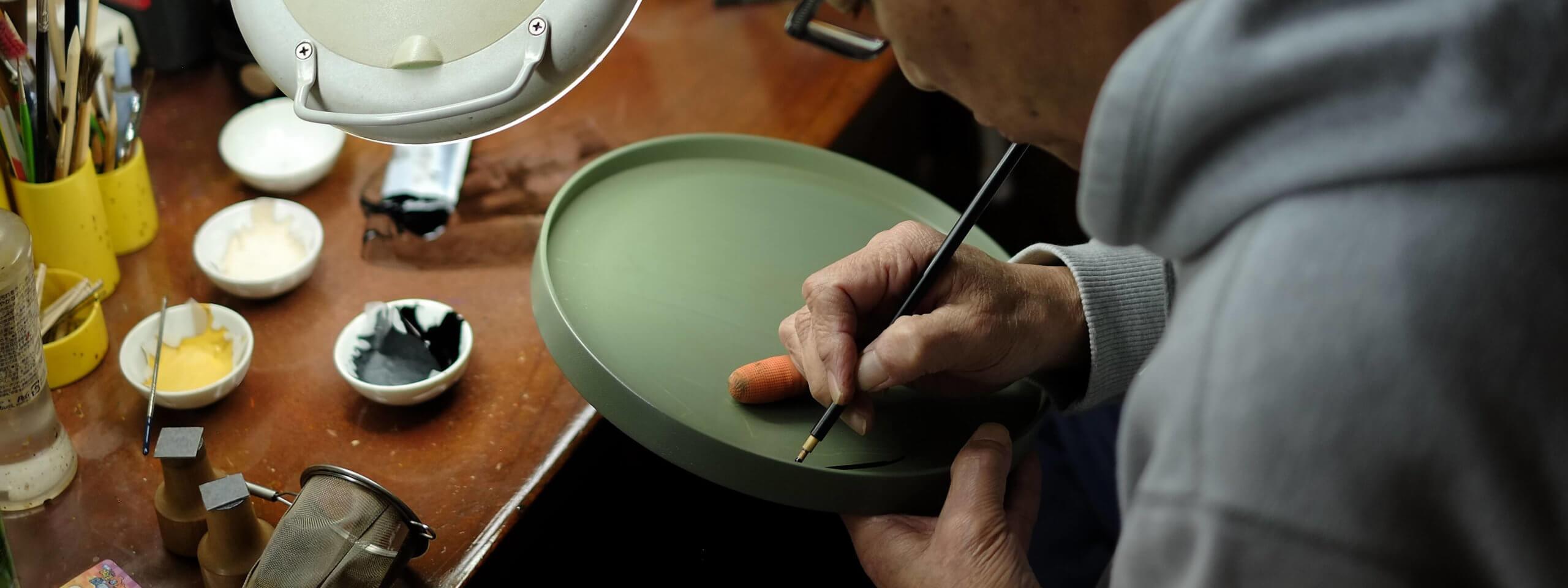 漆絵職人を訪ねる。<br>色漆を追求する表現者